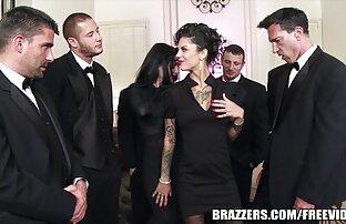 Una bionda elegante in un abito pono italiani nero succhia un uomo fuori e lei con lui