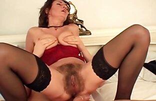 Signora capelli ricci ostenta gambe sottili in i più bei film porno italiani collant